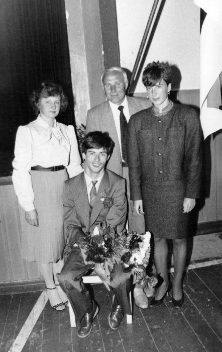 PÕHIKOOLI LÕPETAMINE 1989. AASTAL: See oli ühtlasi Meelisele ka esimene kord koolis olla. Pildil õnnitlevad teda ema, isa ja õde.