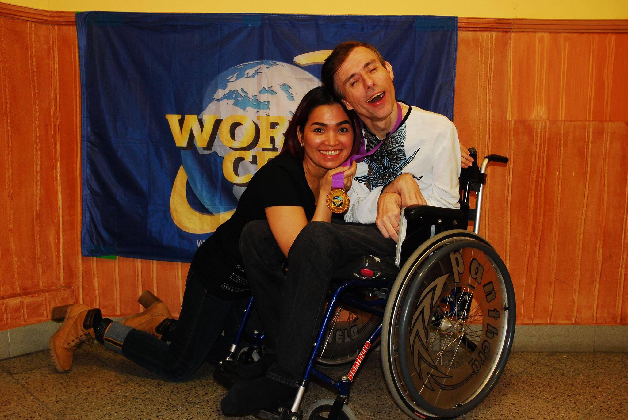 ÜHINE RÕÕM: Et ratastoolispordis medalit võita, on vaja abiväge. Meelisel on selleks abikaasa Mari.