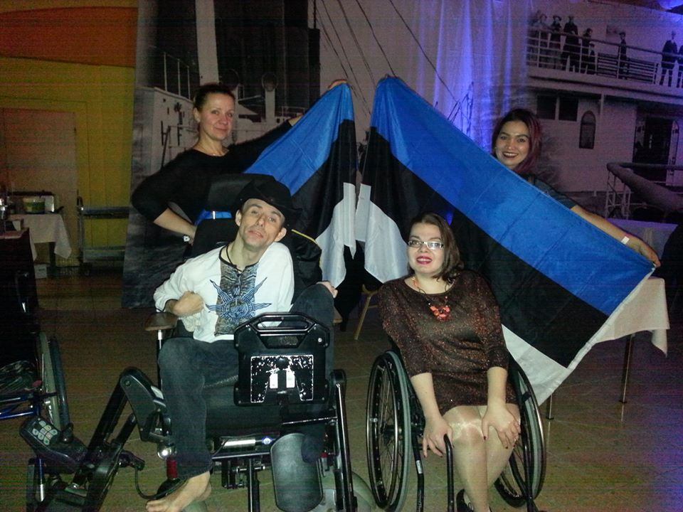 DELEGATSIOON EESTIST: Treener Kaie Seger ja Mari (tagareas) ning võistlejad Meelis ja Margit võtsid ette julge sammu ja sõitsid keset talve autoga Tšehhi tantsima.