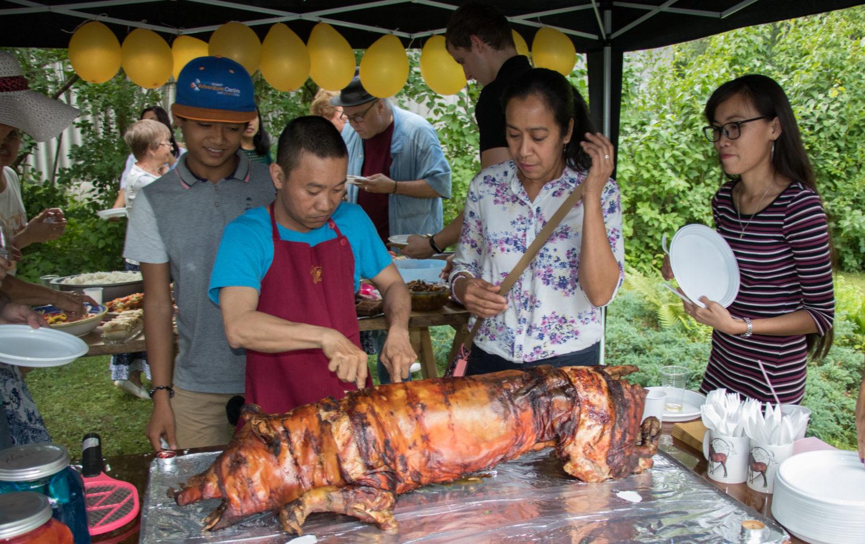 SUUR SUVEPRALLE KAIUS: Meelise ja Mari ühine sünnipäevapidu oli rahvarohke ja menukas. Laud oli lookas ja lõkkel grilliti filipiinlaste kombel tervet põrsast.