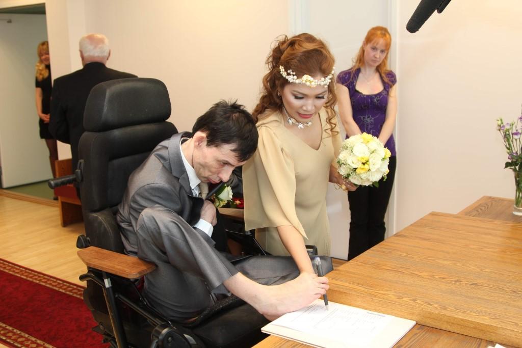 PULMAPÄEV: On täiesti ainukordne, et peigmees kirjutab abielutunnistusele allkirja, kirjutusvahend varvaste vahel. (Aare Hindremäe)